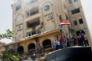 The castle is down, people stormed the MB HQ in Mokatam, Cairo, 1st of July.